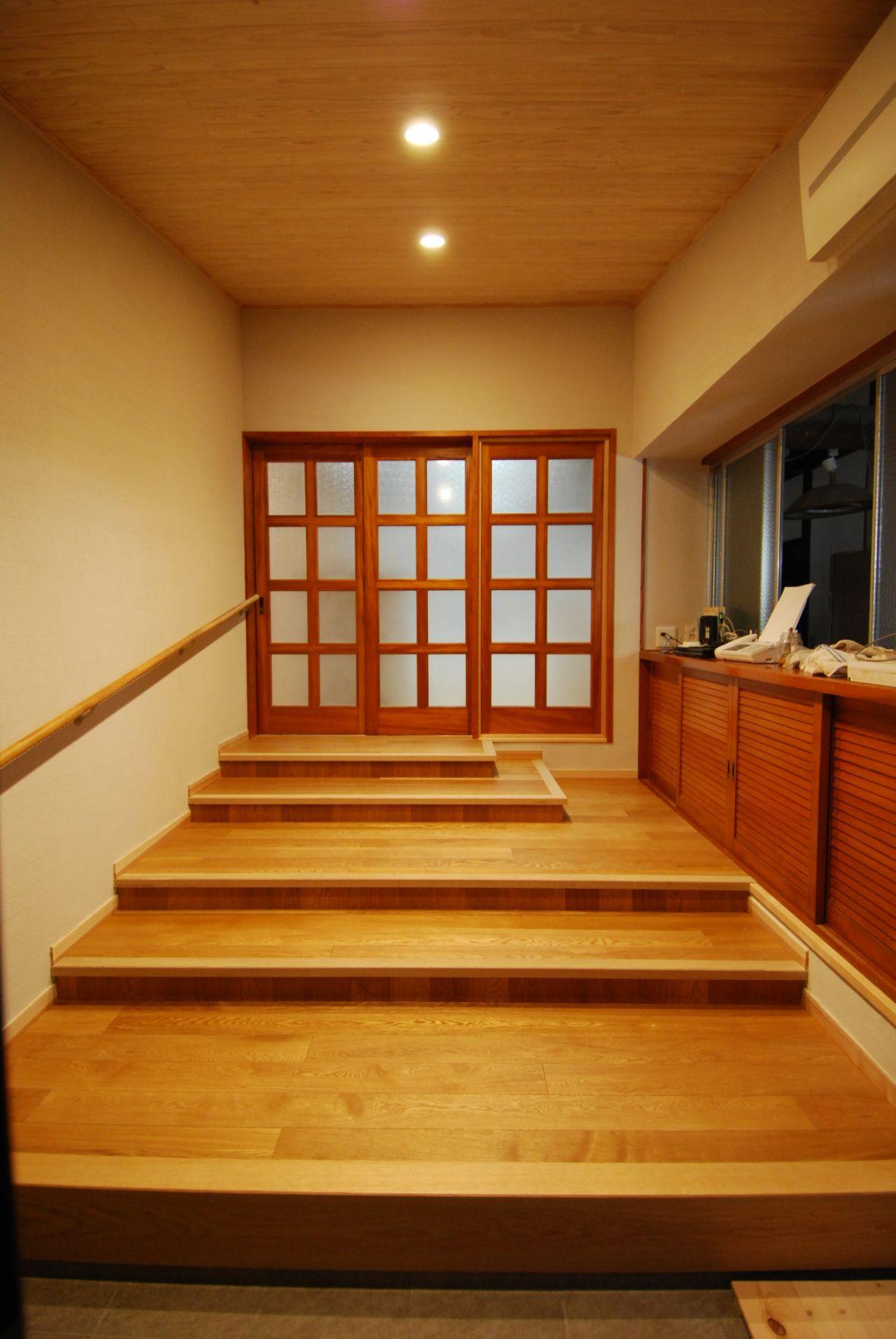 家族用玄関からLDK出入り口の高さに向かって、緩やかな階段を設置。