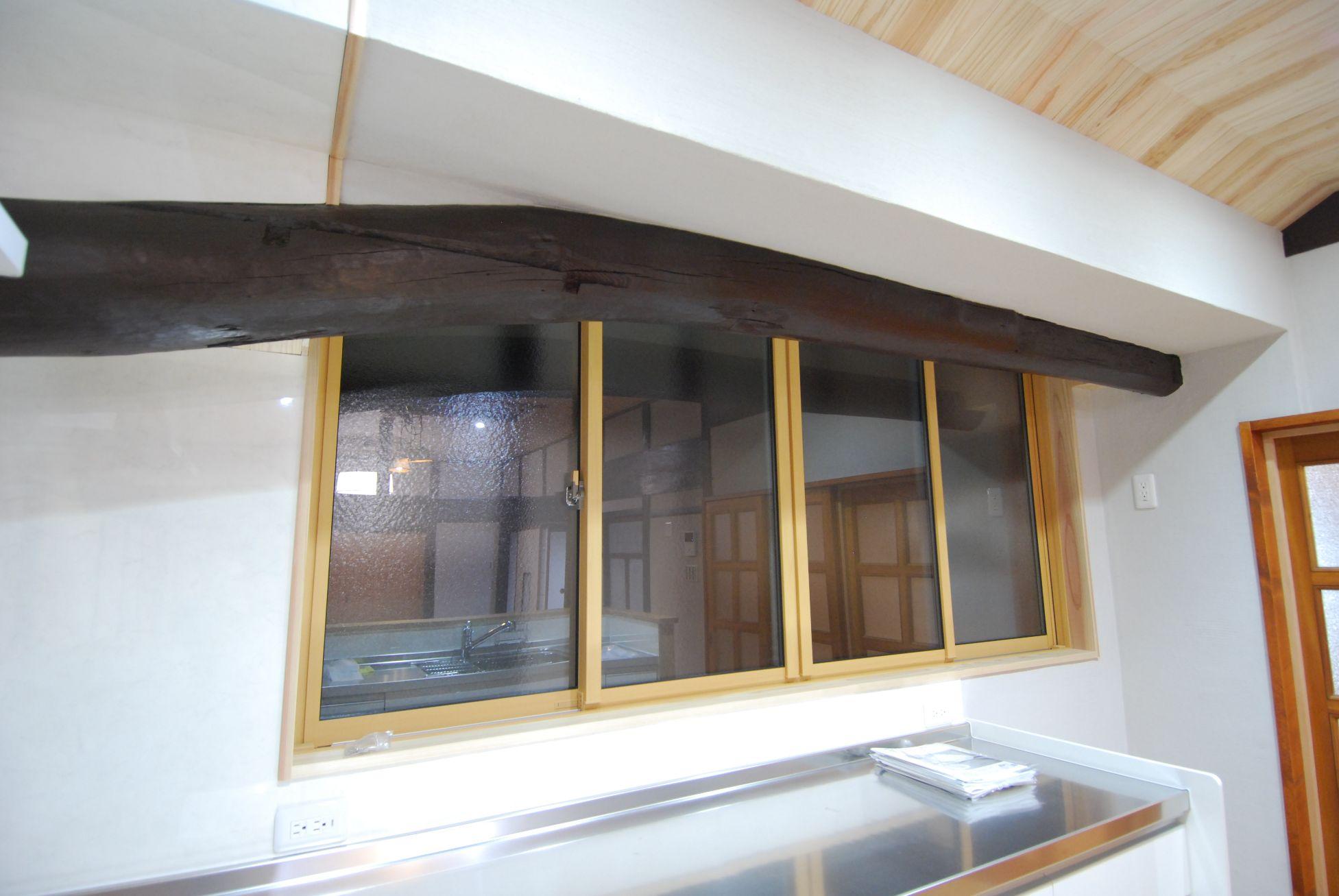 キッチンを明るくするために、圧迫感のあった吊戸棚はなくして、窓のサイズを大きくしました。