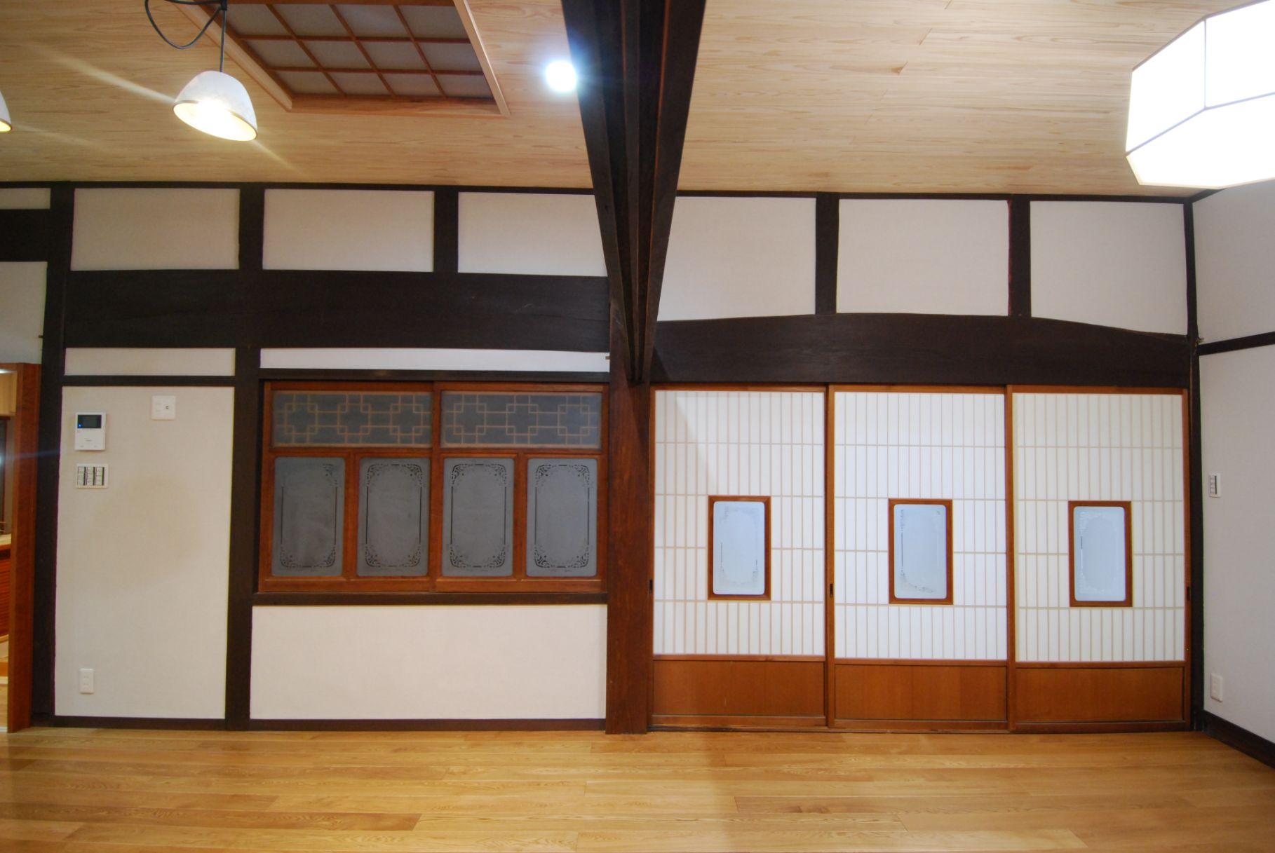 以前は、厚鴨居を挟んで向かって右が和室、左がダイニング。建具は既存のものをそのまま使用。