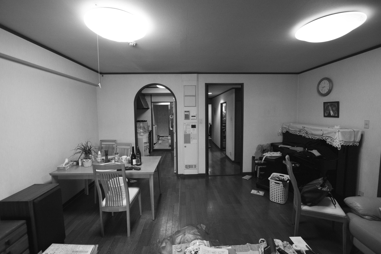 生活感が目立ち、独立型キッチンはアーチ形の垂れ壁がより閉塞感を高めていました。