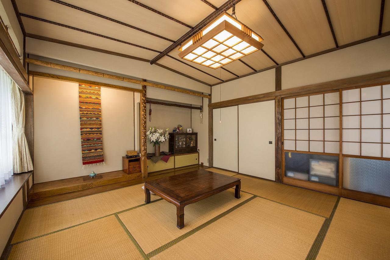 8帖の和室は質の良い材料で設えた床の間や船底天井、照明などを残し、天井の突板と聚楽壁を新しくしました。