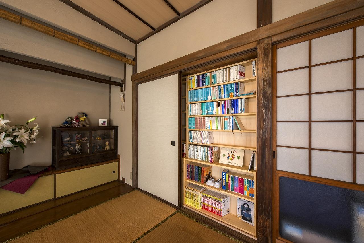 襖を開けると、書棚になっています。書棚背面にある寝室のクローゼットにスペースを活用しました。