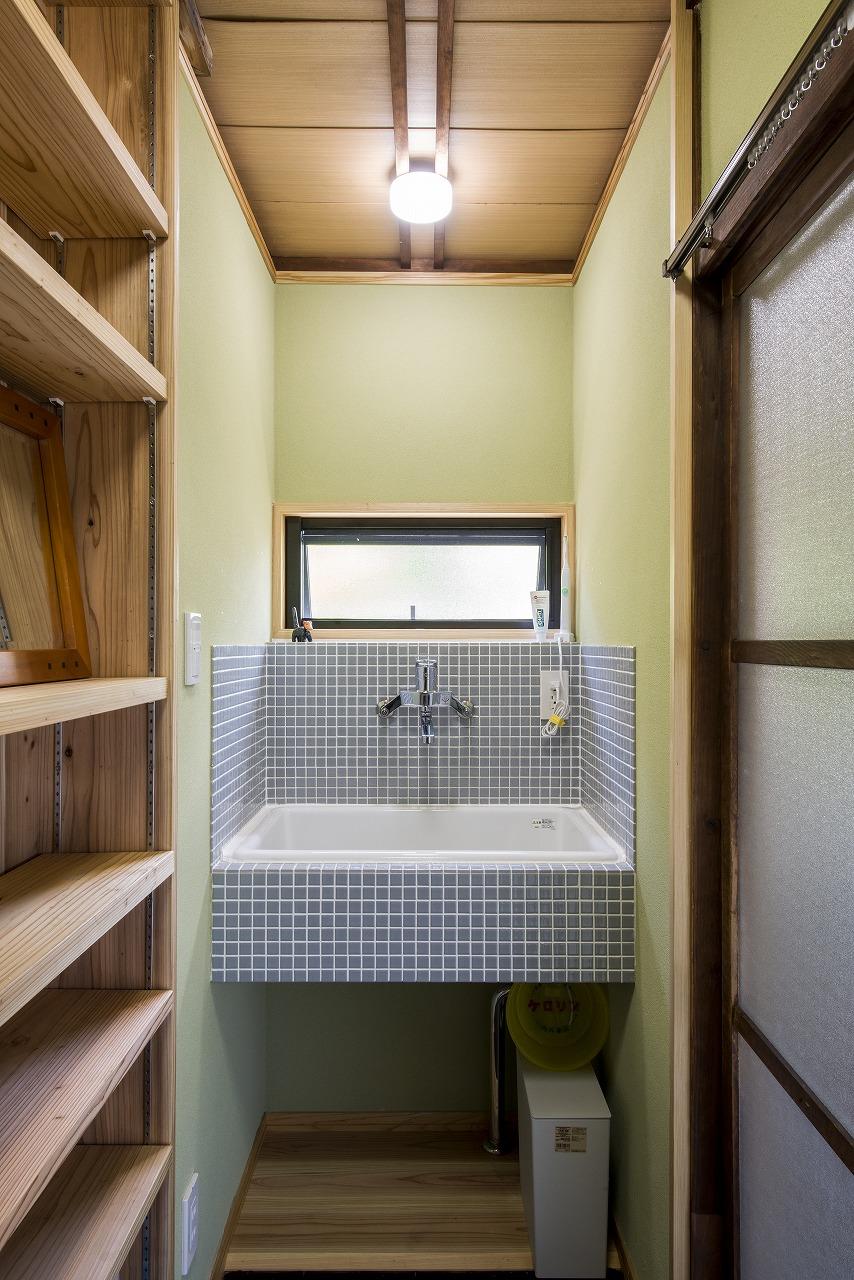 洗面には実験室のシンクを設置し、名古屋モザイク工業のタイルで囲みました。壁は古い壁の色に合わせて塗りました。
