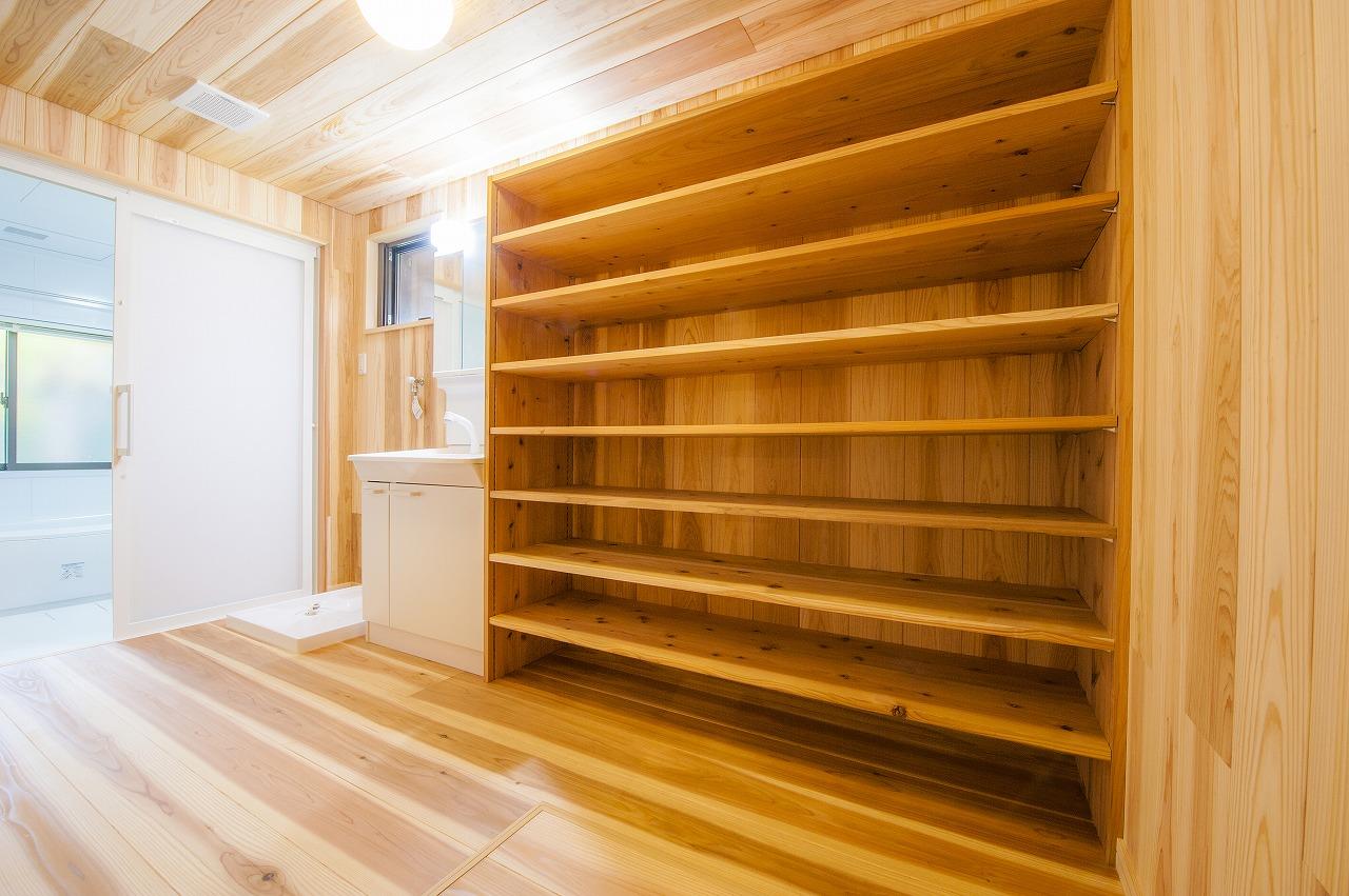 洋室だった場所は洗面室と浴室に。収納力たっぷりの棚を杉で造作。