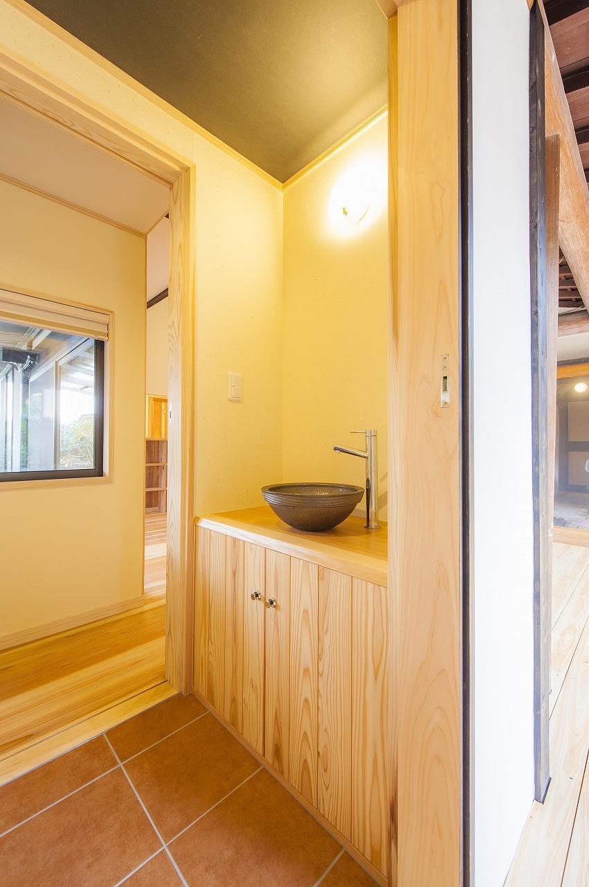 手洗いカウンターは皮付き杉の天板に信楽焼の手洗い鉢を組み合わせました。