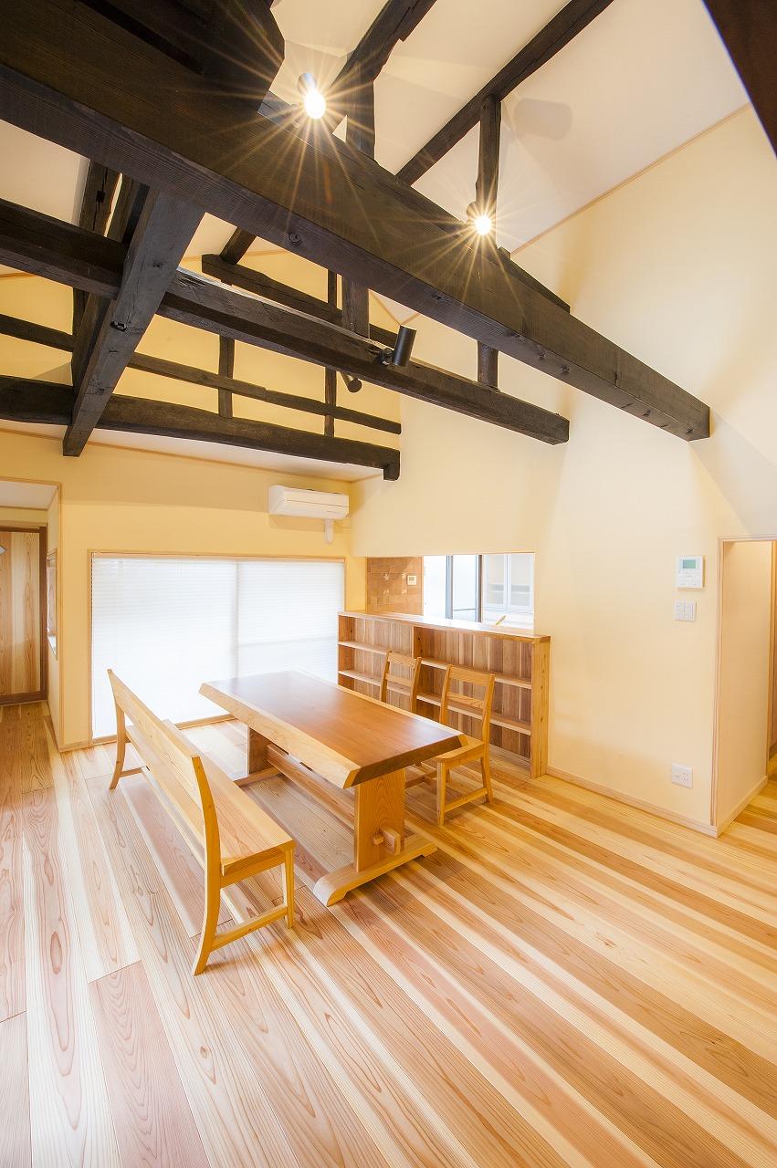 見事な梁組を現しにしたダイニング。杉無垢材の床、珪藻土の壁、越前和紙の天井などこだわりの空間。