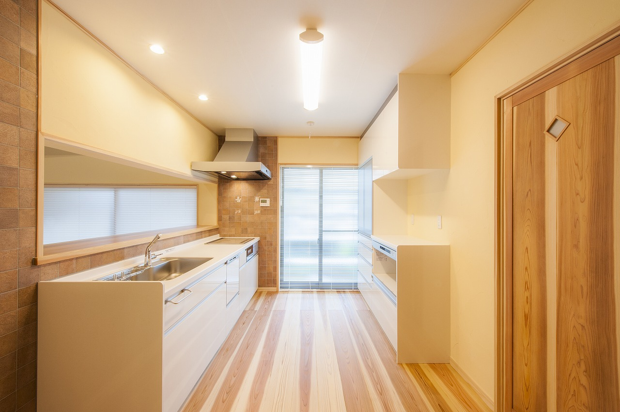 家族の様子を見守ることができる対面キッチンは数人で作業もできる広さ。