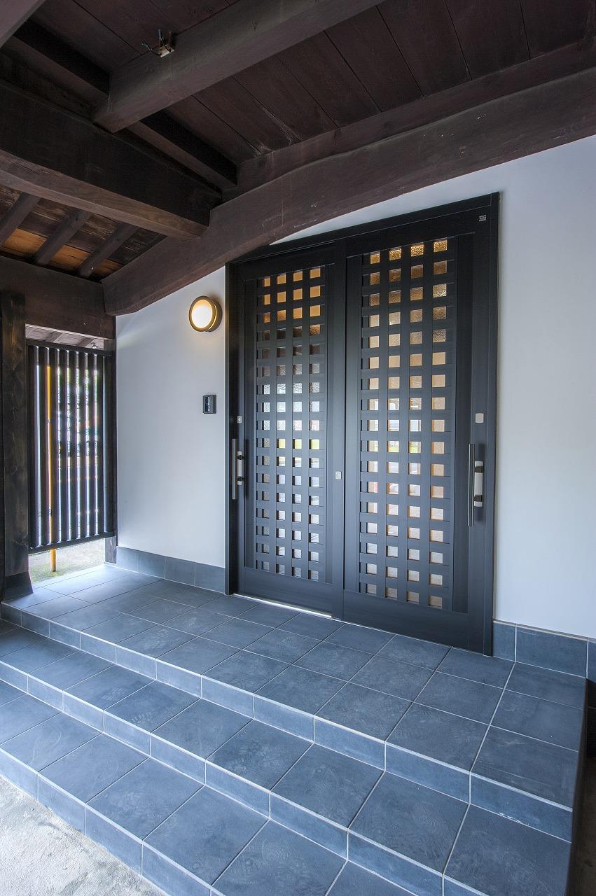 町屋の雰囲気を持つ格子の玄関とポーチはゲストを迎えるにふさわしい玄関廻り。