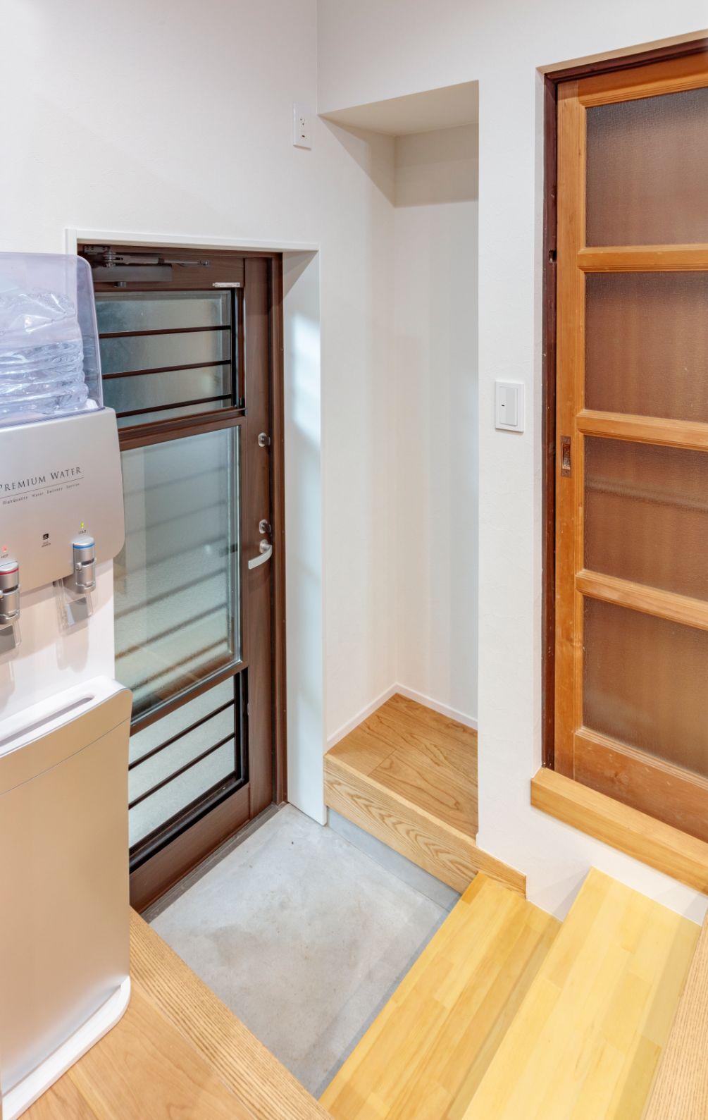 キッチンの勝手口の階段は、上り下りしやすいよう緩やかな幅広の3段ステップに。