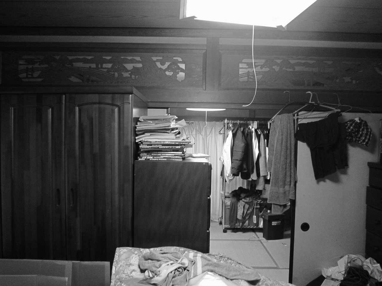 1階の和室は荷物や部屋干しの洗濯物などがあふれる物置のような状態でした。