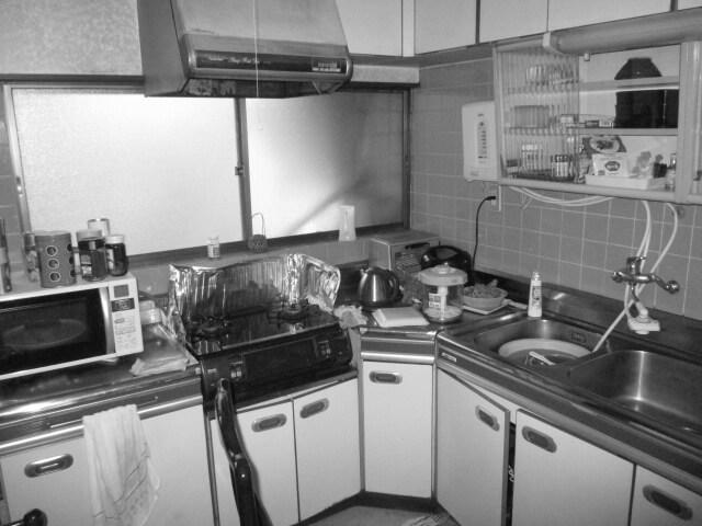 以前は壁向きの薄暗いキッチンで足元が冷えるのも不満でした。