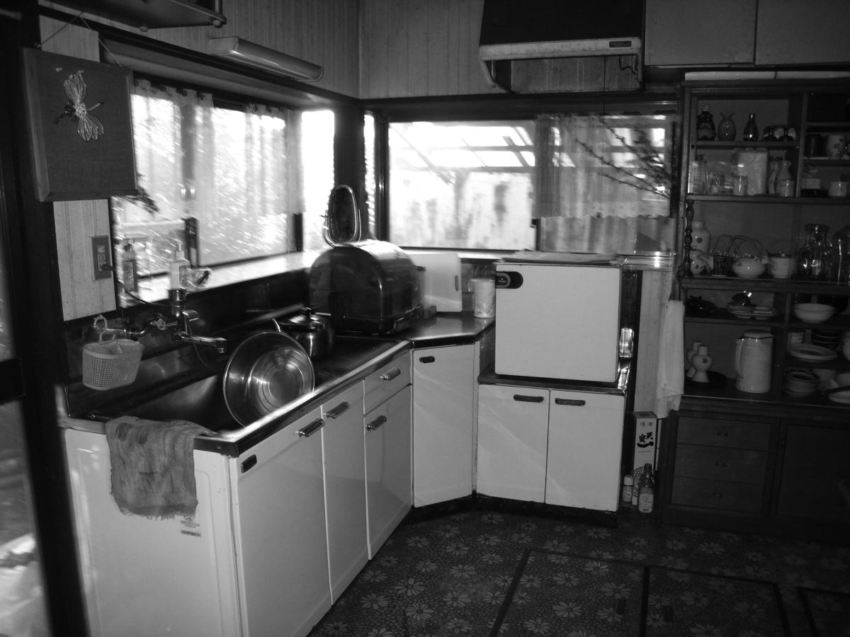 リフォーム前は壁付けのL字で使いにくいキッチンでした。