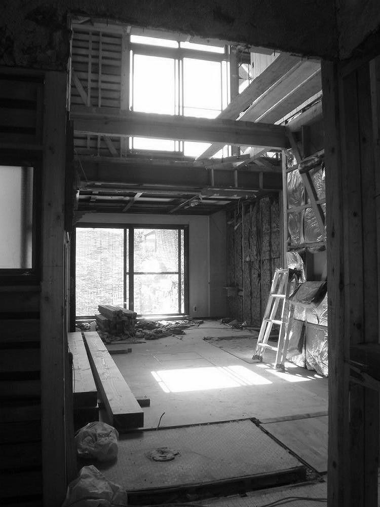 事務所だった部屋は洋室にしていましたが使われておらず、既存の階段を撤去し広々としたLDKに。
