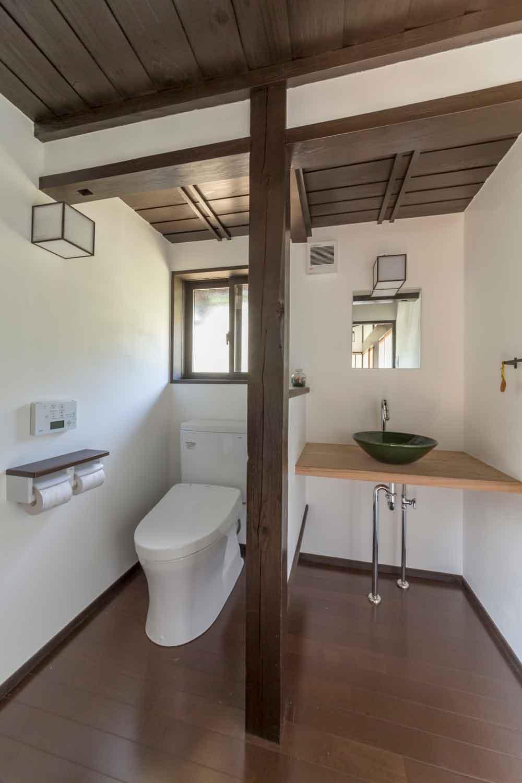 山県郡|古い建具を再利用した古民家のトイレ