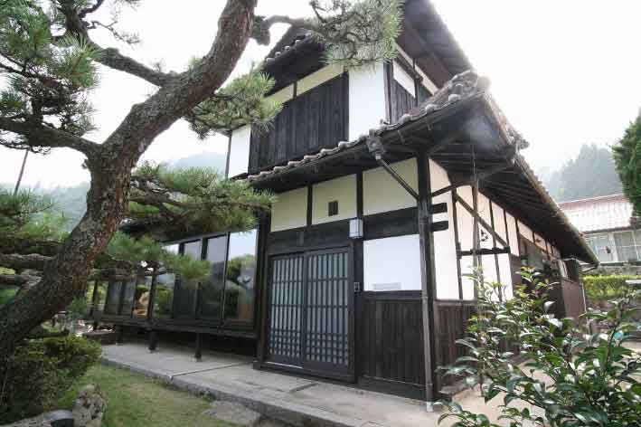 山県郡|昔の雰囲気残し再生された古民家外観
