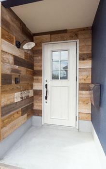 足場板でモザイク調にデザインし、玄関にビンテージ感を