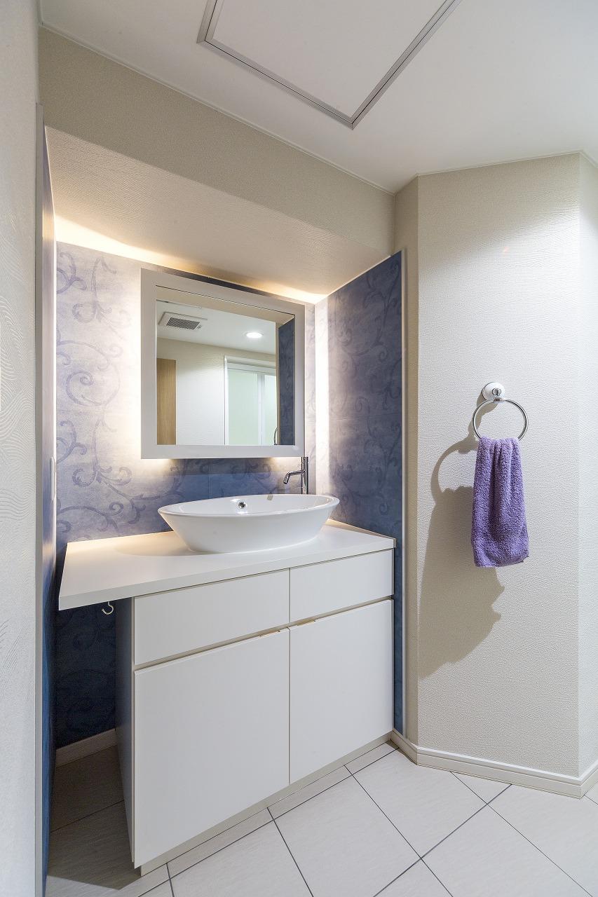 安芸郡|照明とクロスが素敵なこだわりの洗面室