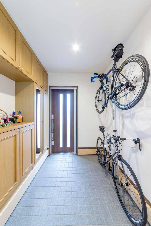 東広島市|ポールを設置して、趣味の自転車を玄関に収納
