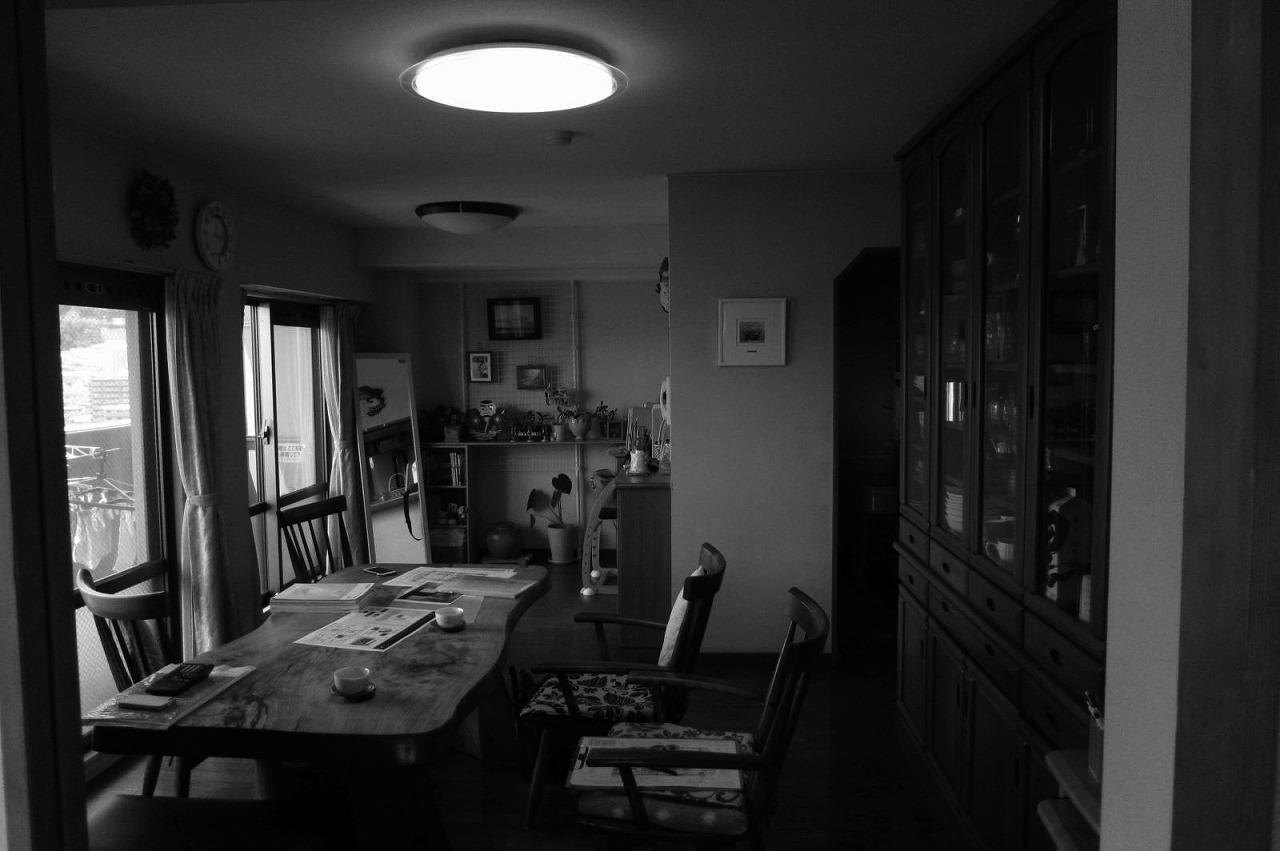 キッチン(写真右奥)が圧迫感を生み出していたLDK。壁に囲まれたキッチンは、狭く使いにくいという悩みがありました。