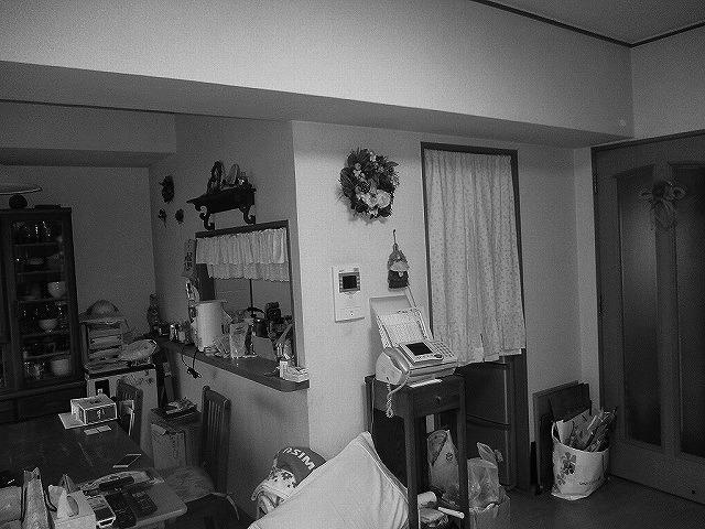 壁に囲まれていたキッチンは、閉鎖的で暗い上に狭く、孤独な空間でした。