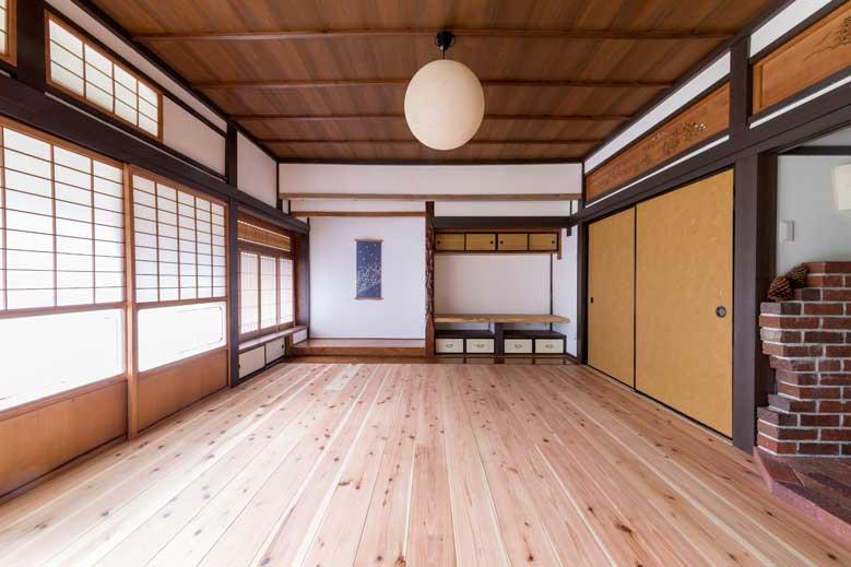 山県郡|無垢床と薪ストーブで暖かい古民家リビング