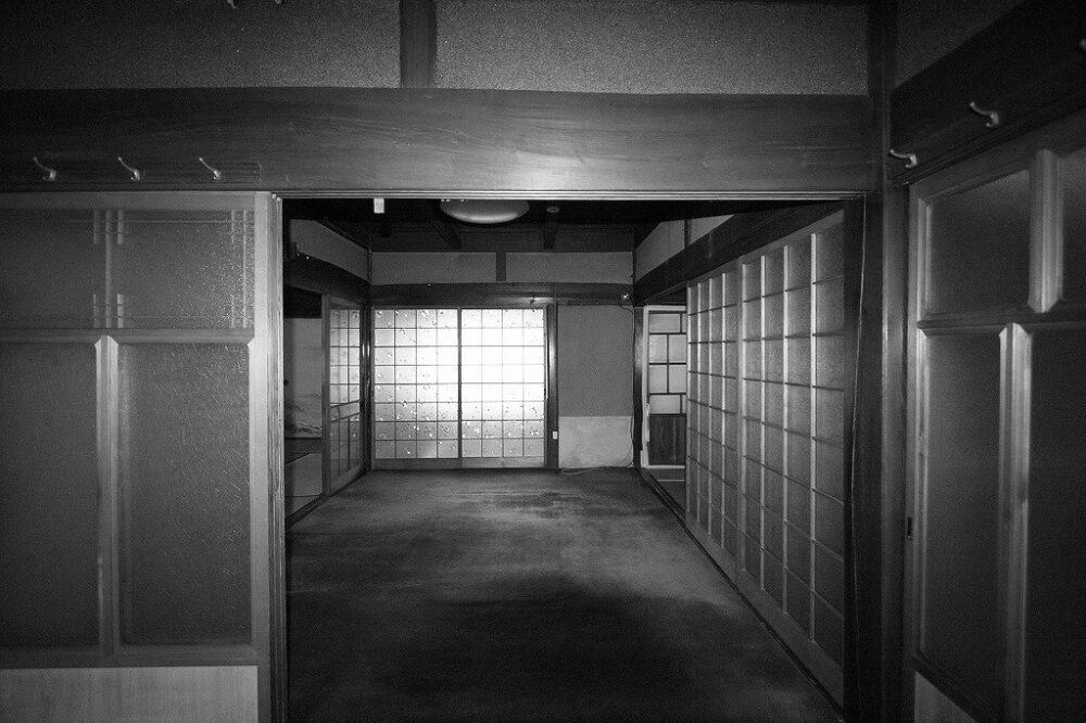 ダイニングになった以前の部屋は、光があまり届かない暗くて古い印象の和室でした。