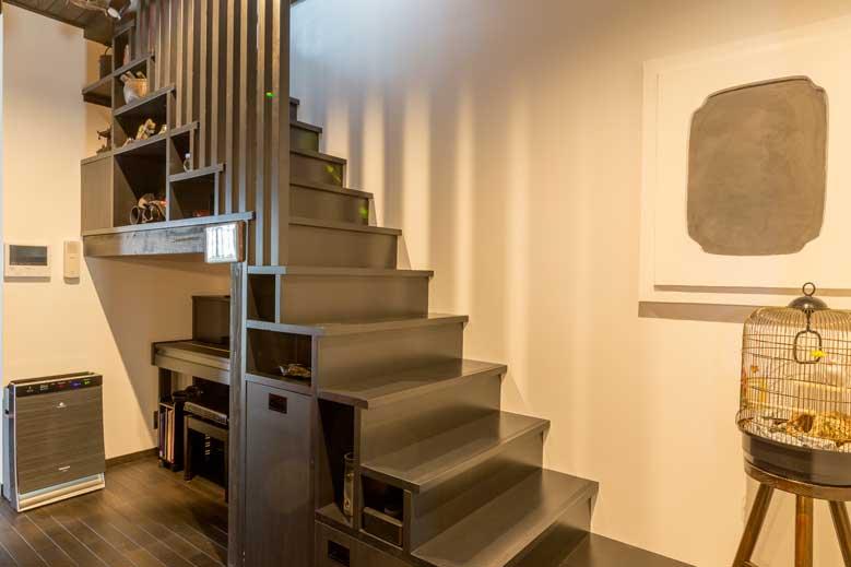 広島市|蔵の雰囲気残す、階段箪笥風のリビング階段