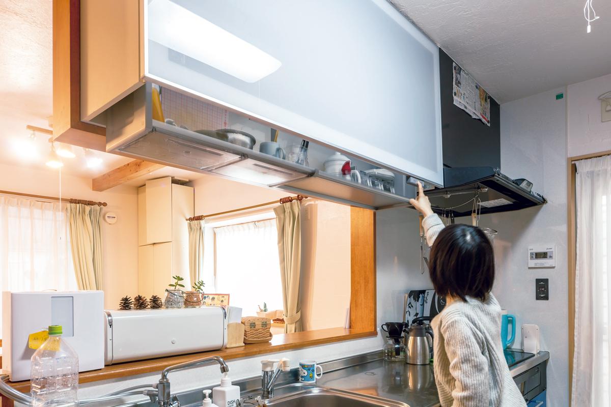吊戸棚収納を電動昇降式に。上の物が取りやすく家事がスムーズに。