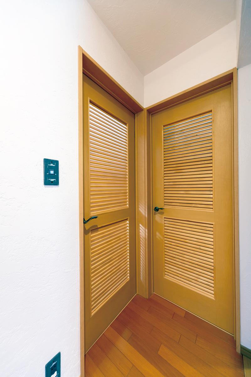 収納にはドアを取りつけたので、閉めれば完全に独立したスペースに。右が収納、左は洋室。