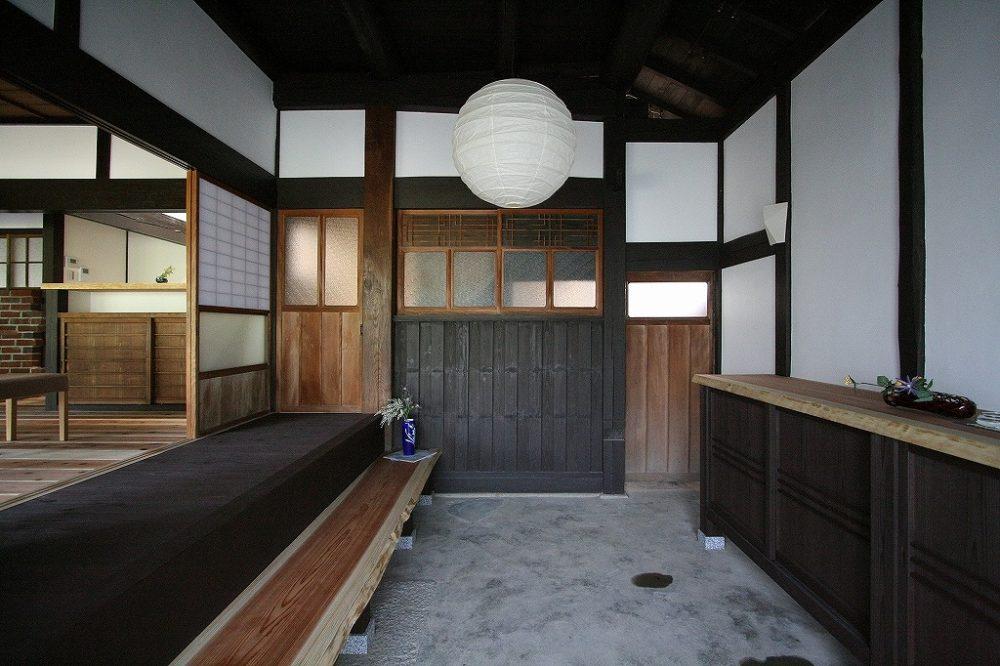 広い玄関は土間を再生。建具は既存の物を使用しました。