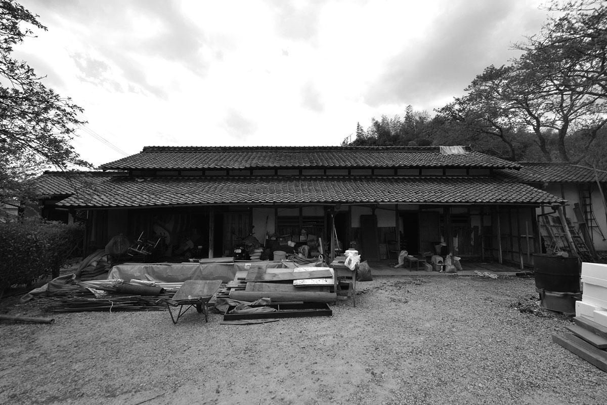 木部の傷みが顕著。瓦の重みで歪みが生じていたため、大規模な地震が発生した場合は倒壊の心配がありました。