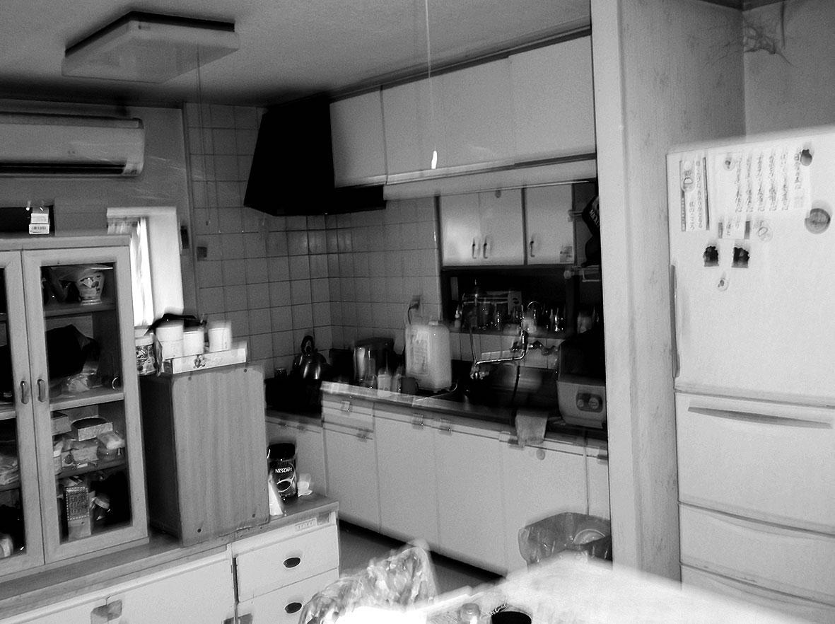 独立タイプの以前のキッチン。設備も古く、コンロ周りの掃除にも手がかかっていた。