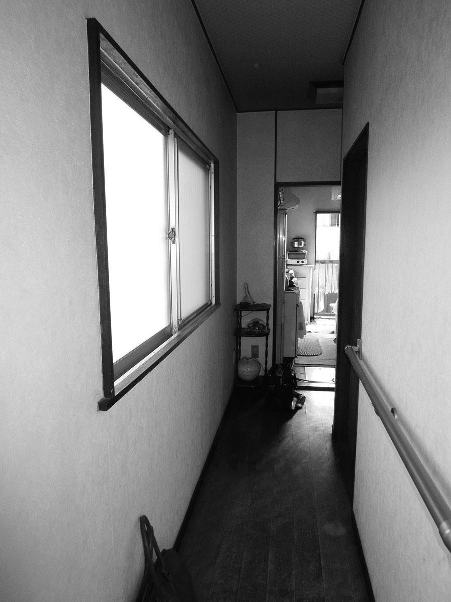 以前は玄関を入ると狭い廊下がありました。右側の壁があることで隣のリビングには光が届きませんでした。