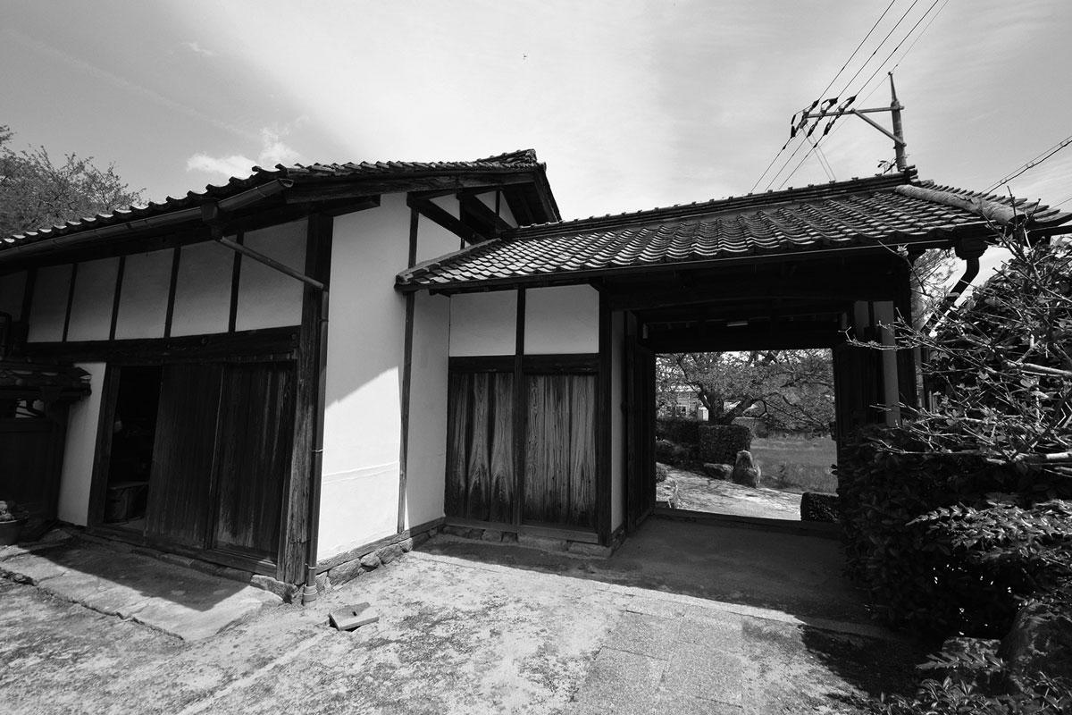 お客さまを迎える長屋門も納屋と同じように老朽化が目立っていました。