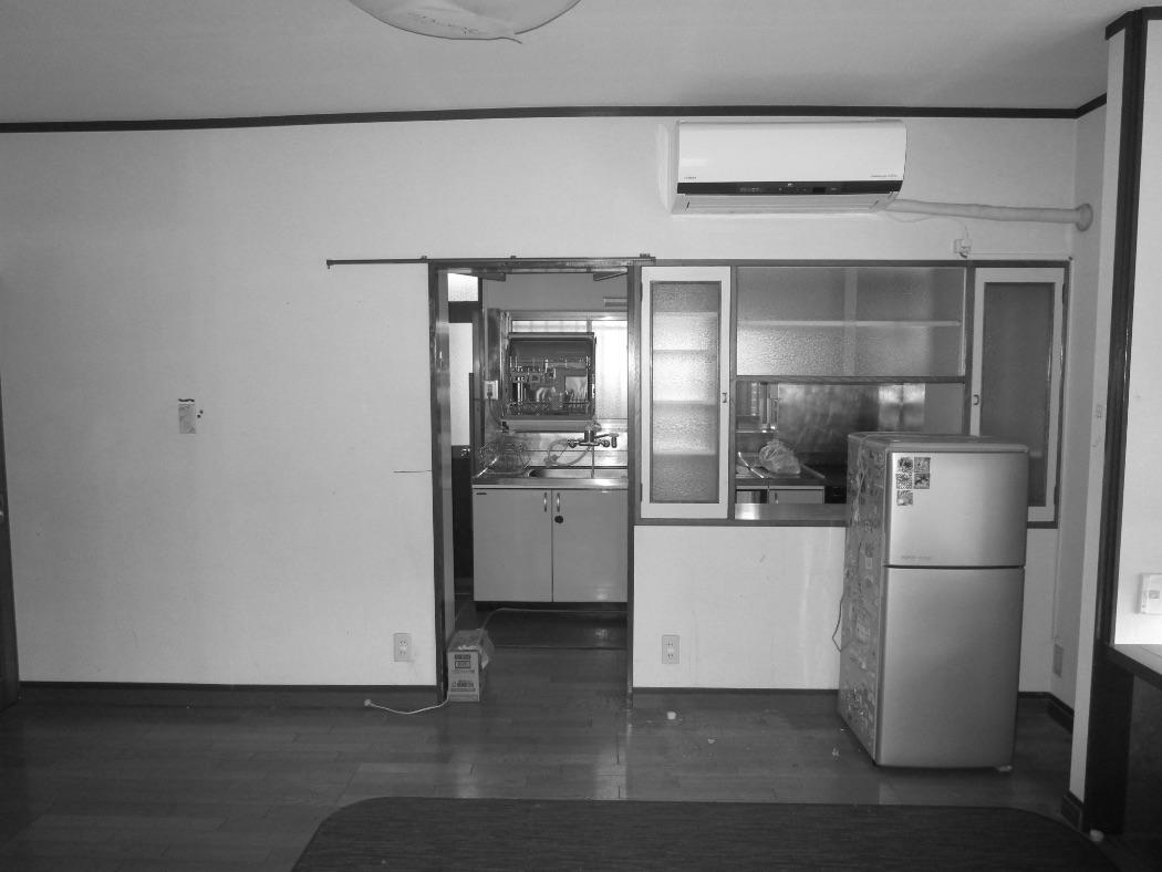 食器棚で区切られていたキッチン(写真奥)