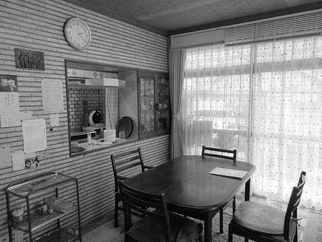 以前は壁向きに合ったキッチン。ダイニングとの間に開口部はあったものの、行き来するにはぐるりと回る必要がありました。