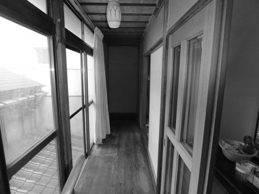 縁側の奥は箪笥が置いてあり、使われていないスペースでした。