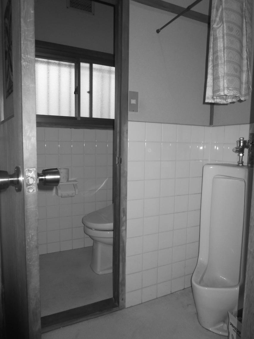入居当初から、なくして広くしたいと思っていた小便器つきのトイレ。
