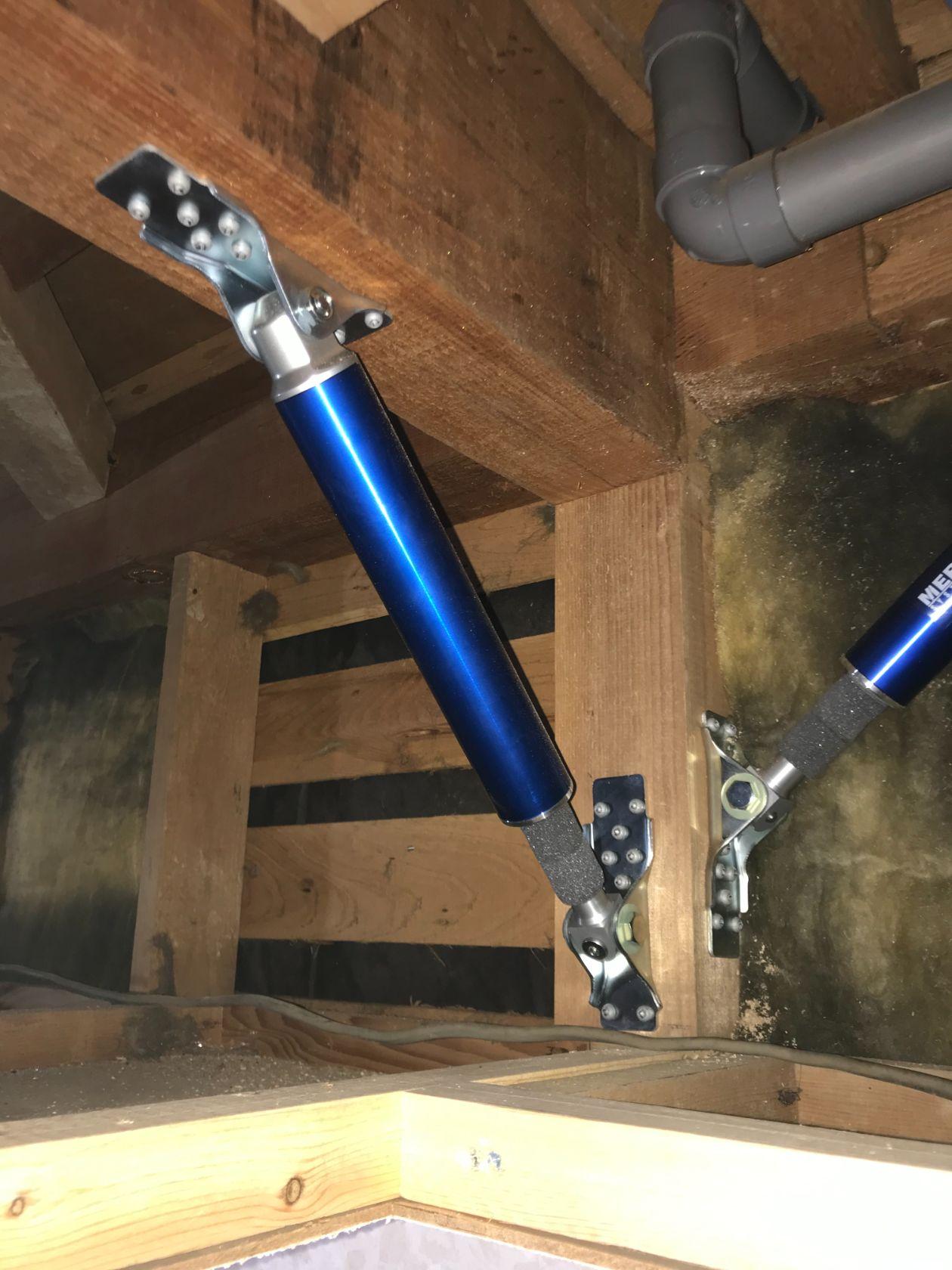 地震対策として、さまざまな方向への揺れに対応する制震装置「MER SYSTEM」を設置しました。