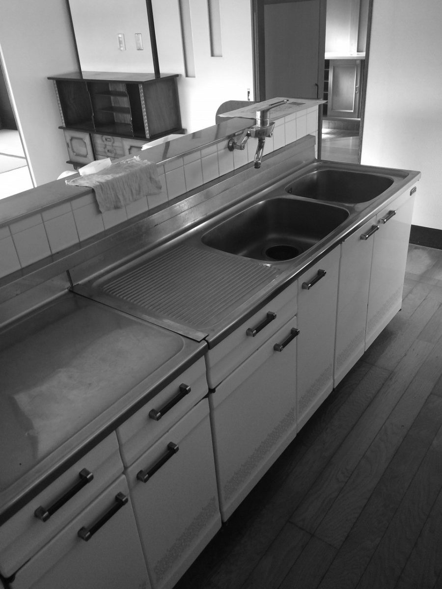 対面ではありましたが、収納力に欠ける昔ながらのステンレスキッチンでした。