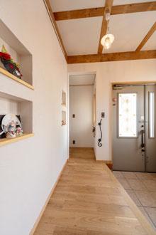 【東広島市】白い漆喰壁と無垢床で造るナチュラルな玄関