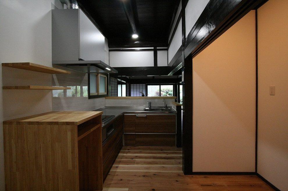 キッチンはL字型に。空いたスペースには炊飯器などを置ける棚を造作しました。