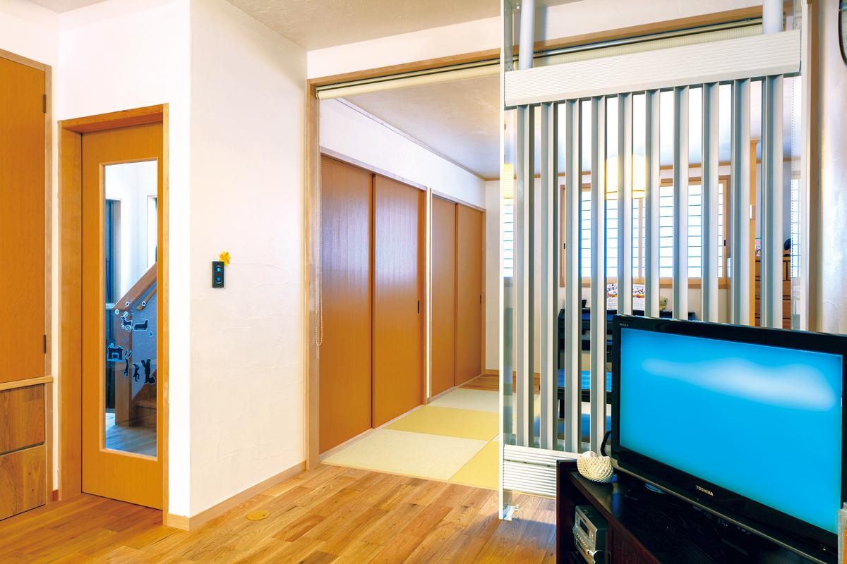 ラジエーターがLDと和室を緩やかに分ける役割に。ロールスクリーンで完全に仕切ることもできます。