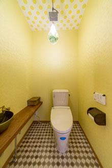 1階と2階で雰囲気の異なるトイレ空間