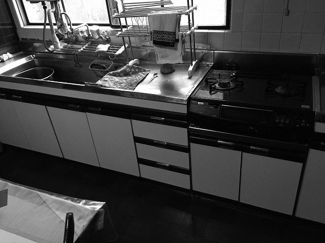 北向きで暗かったキッチンは孤独に炊事をするだけのスペースでした。